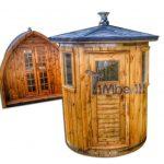 Verticale in alto a destra in piedi esterno sauna in legno